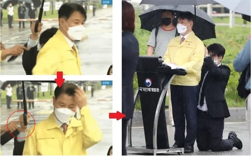 """강성국 법무부 차관이 27일 오전 충북 진천 국가공무원인재개발원에서 브리핑하는 도중 직원이 젖은 바닥에 무릎을 꿇고 우산을 받치고 있다.(오른쪽) 법무부는 """"직원이 스스로 무릎을 꿇은 것""""이라고 해명했지만 법무부의 다른 관계자가 우산을 든 직원의 손을 끌어내리고 있다. (사진 오른쪽=YTN캡쳐 / 사진 왼쪽= 연합뉴스 제공)"""