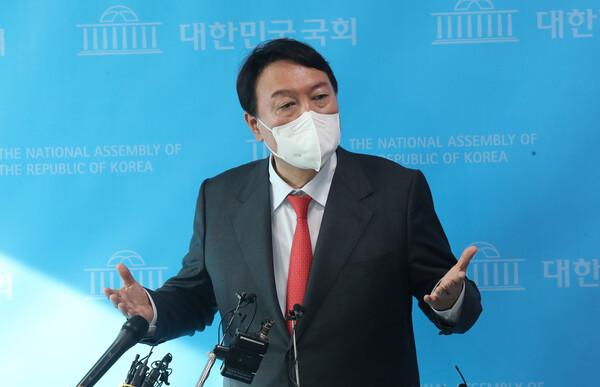 윤석열 국민의힘 예비후보가 8일 국회 소통관에서 '고발사주' 보도에 대한 입장을 발표한 뒤 기자회견을 하고 있다. (사진=뉴스1)